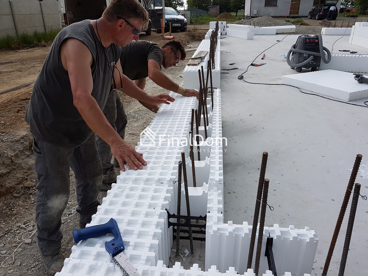 układanie bloczków ściennych Styropor - budownictwo energooszczedne - dom Śnieżnik - Finaldom