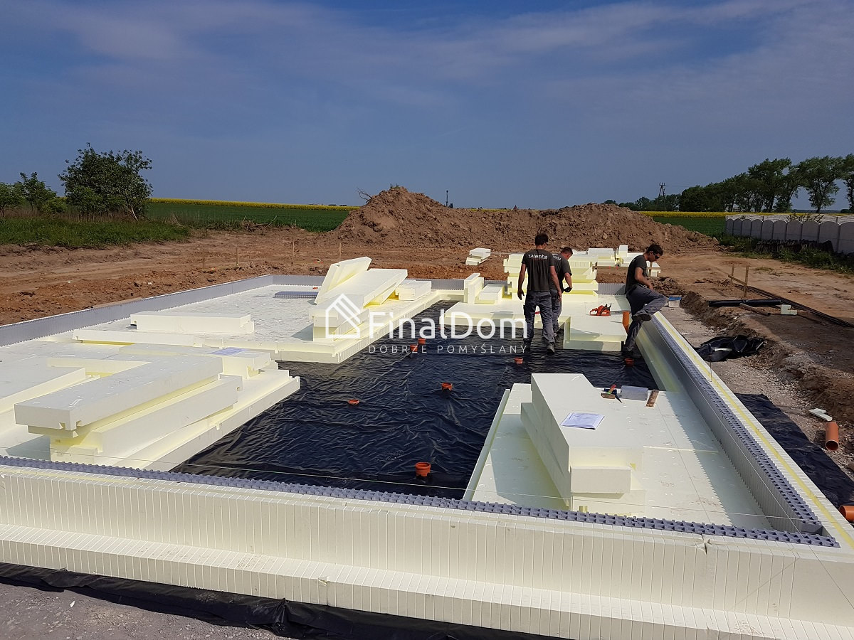 układanie płyty fundamentowej pod dom niskoenergetyczny Śnieżnik - Finaldom