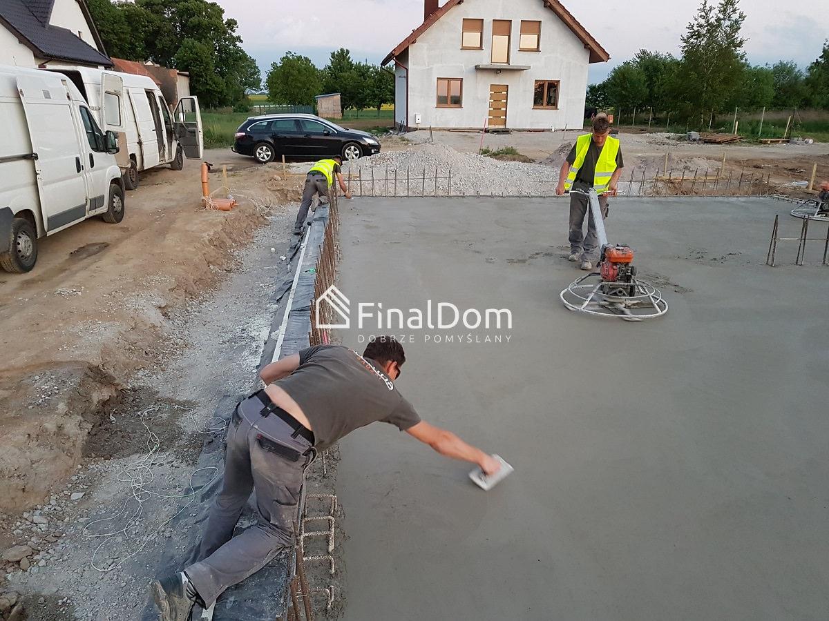 zacieranie płyty fundamentowej - parterowy dom jednorodzinny Śnieżnik - Finaldom