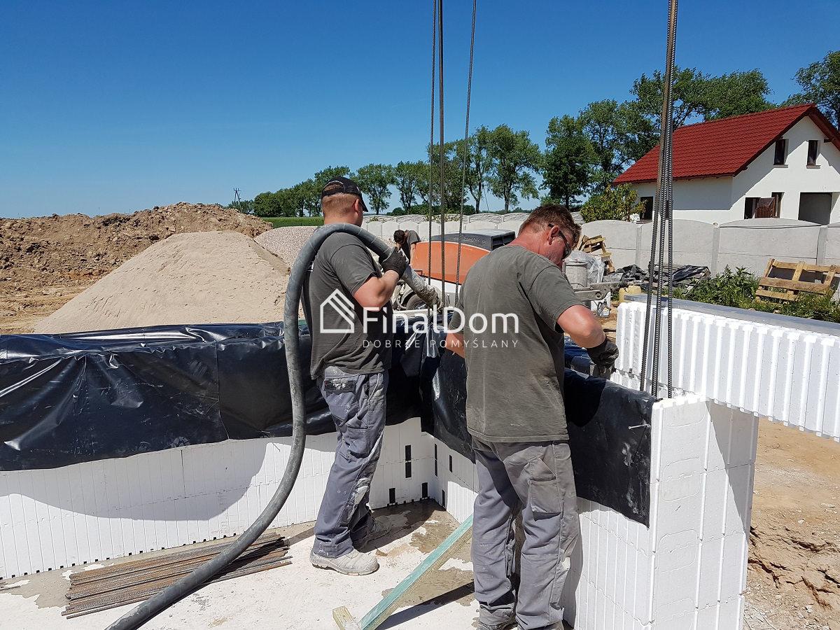 zalewanie szalunków betonem - dom energooszczędny Śnieżnik - Finaldom