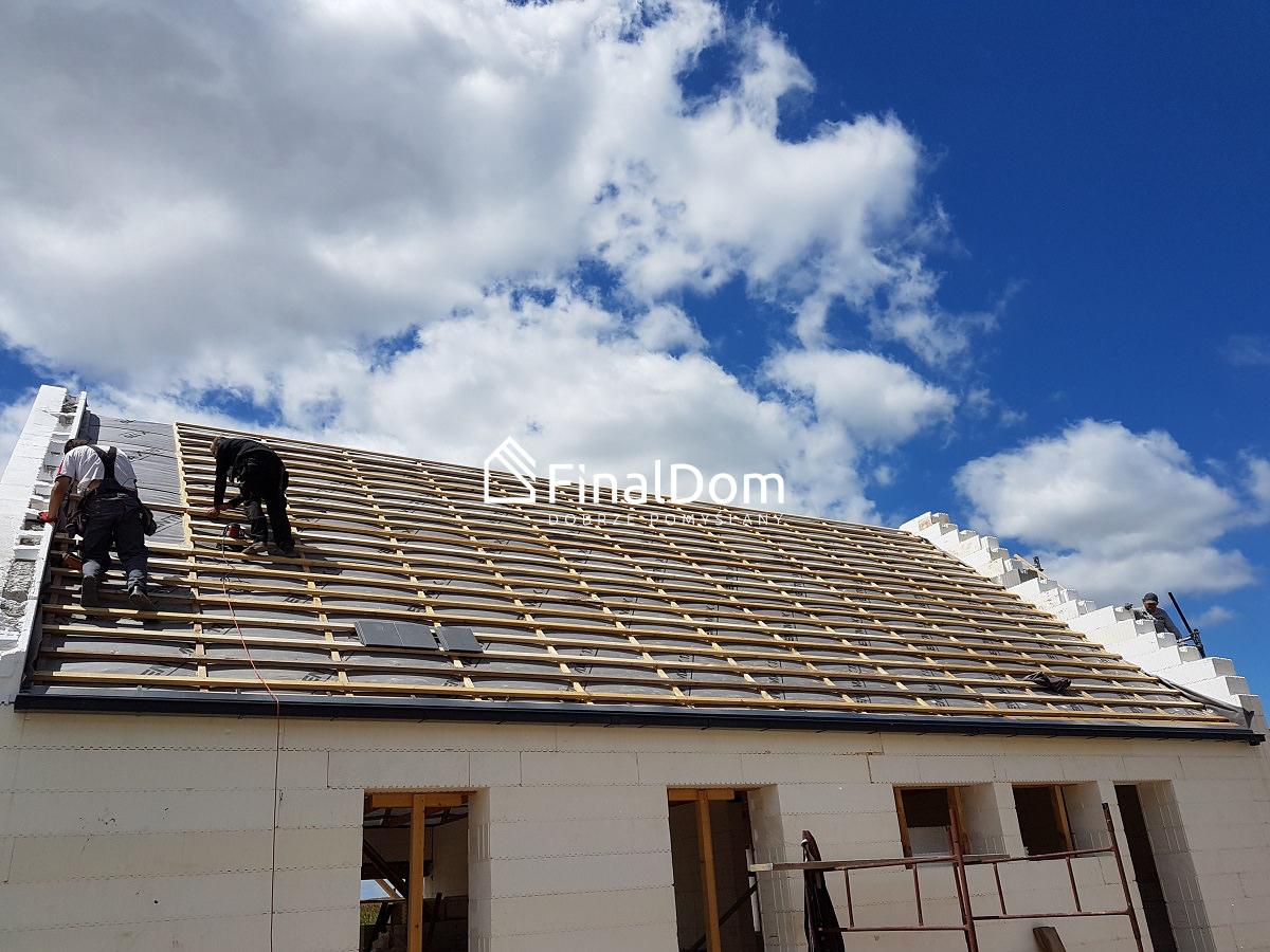 układanie pokrycia dachowego domu energooszczędnego Śnieżnik - Finaldom