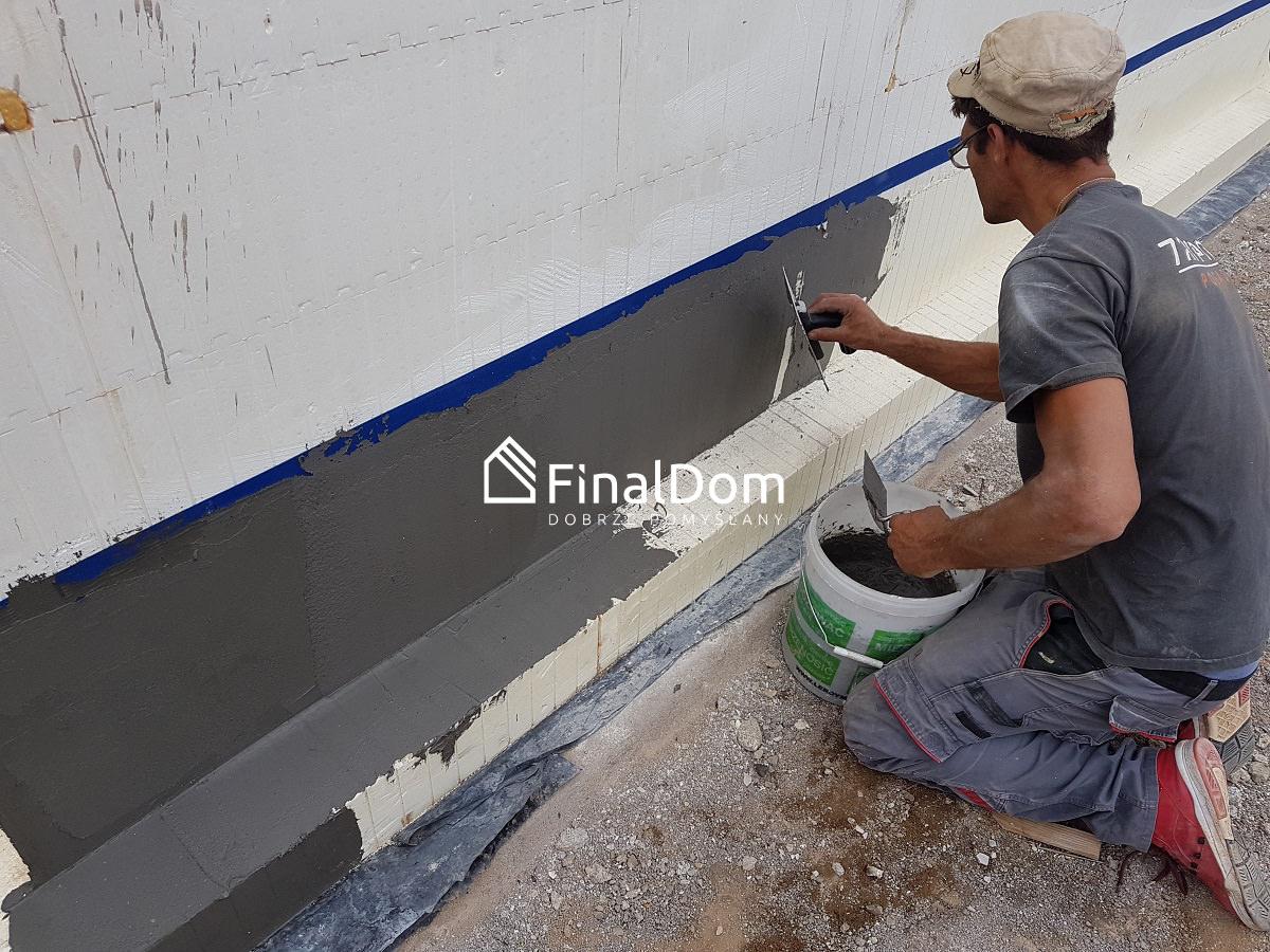 wykonanie izolacji fundamentów - dom niskoenergetyczny Śnieżnik - Finaldom